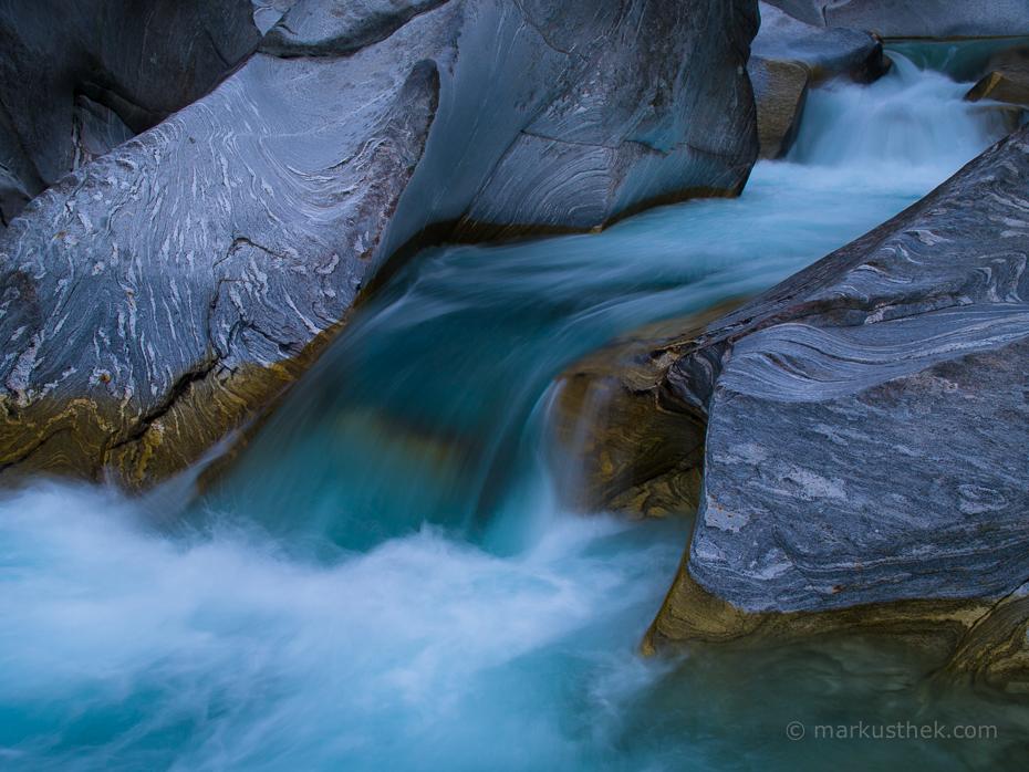 Ein Wasserfall in der Verzasca. Ein Fluss, der sich durch eine atemberaubende Landschaft windet.