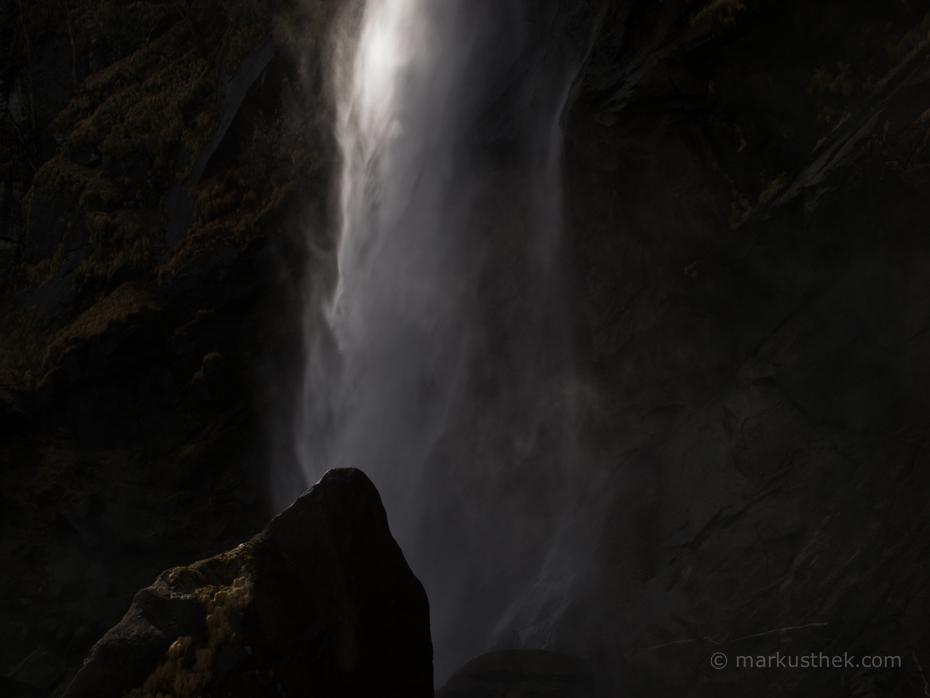 Auf diesem Bild sehen Sie den Wasserfall von Foroglio im Gegenlicht.