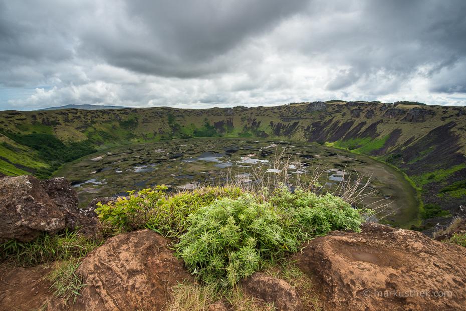 Eine Vulkanlandschaft auf Rapa Nui, der Osterinsel.