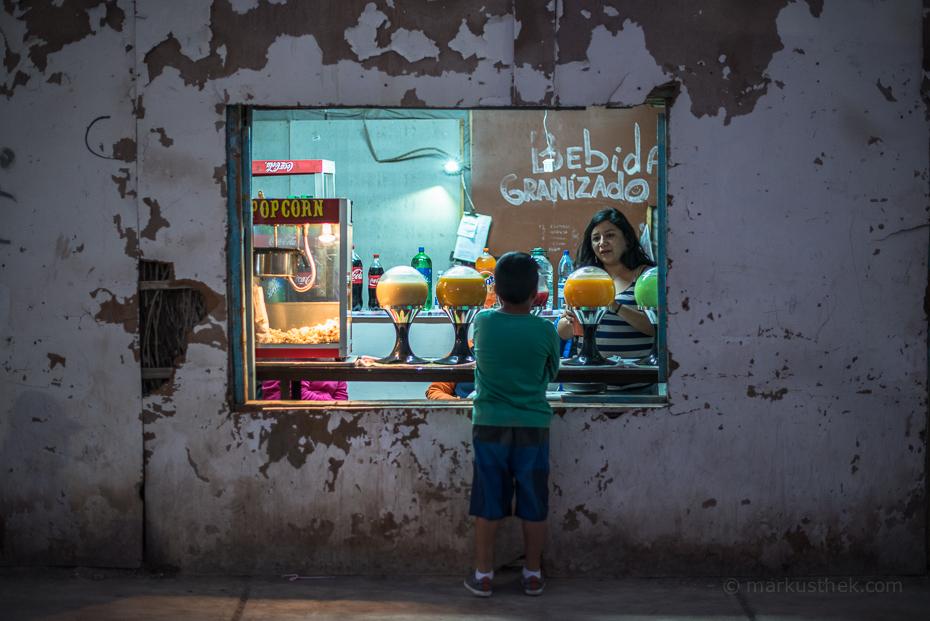 """Ein Süßigkeitsladen im Wüstenort """"La Tirana"""". Der Wüstenort bietet unzählige Motive für Reisefotografen."""