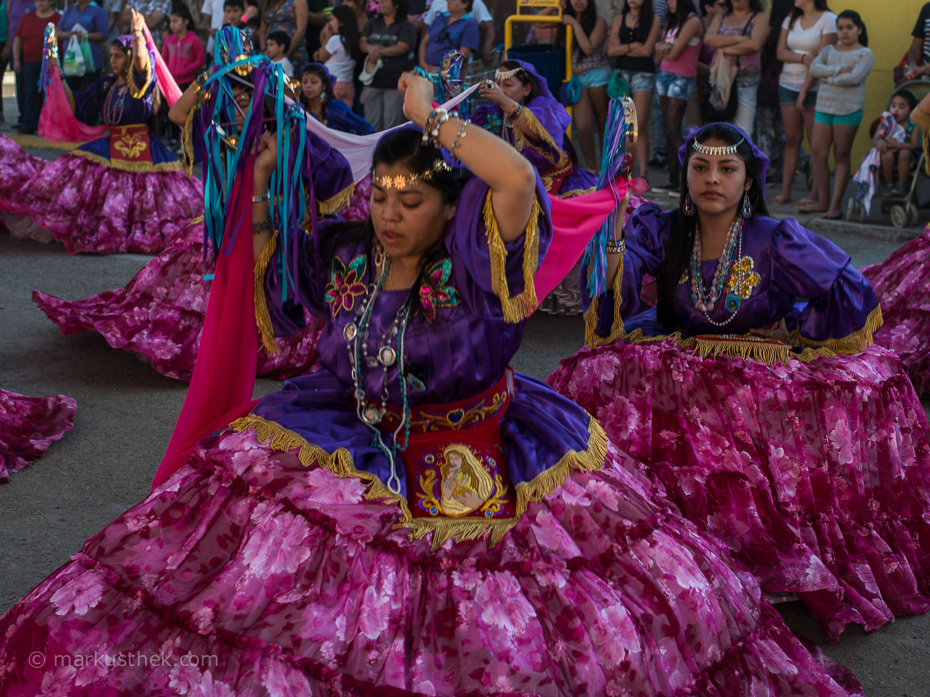 Tänzerinnen beim La Tirana Festival - Ein Fest für Reisefotografen.