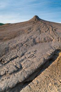 Schlammvulkane in Berca in Rumänien. Durch Schlammfluss entstandene Rillen ermöglichen einen fotografischen Bildaufbau. Insgesamt stellen die Schlammvulkane von Berca ein lohnendes Fotoziel für Landschaftsfotografen dar.
