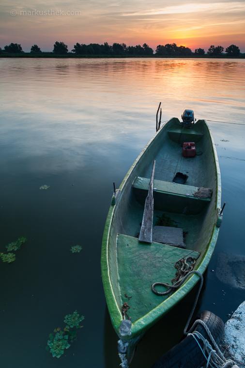 Landschaftsfotografie am Wasser: Ein Fischerboot als Vordergrund im Donaudelta in Rumänien.
