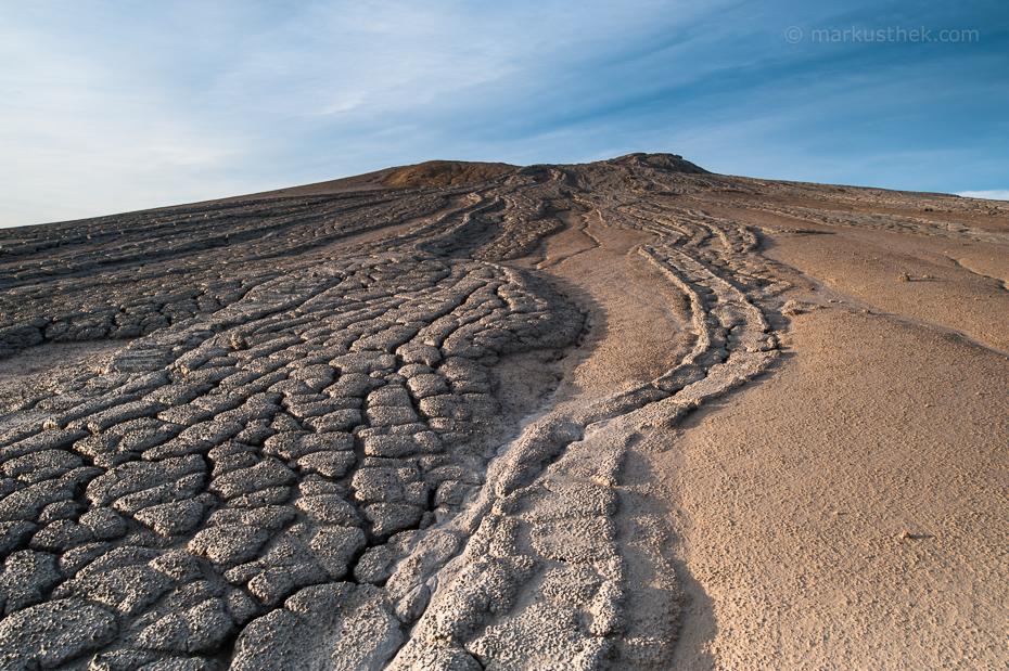Die Schlammvulkane von Berca in Südost-Rumänien. Die unzähligen Strukturen im Boden bieten spannende Kompositionsmöglichkeiten für Landschaftsaufnahmen.