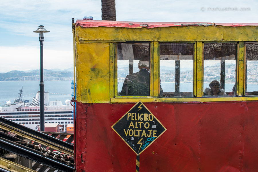 Ein Aufzug in der fantastischen Küstenstadt Valparaiso in Zentralchile: im neuen Buch von Markus Thek.