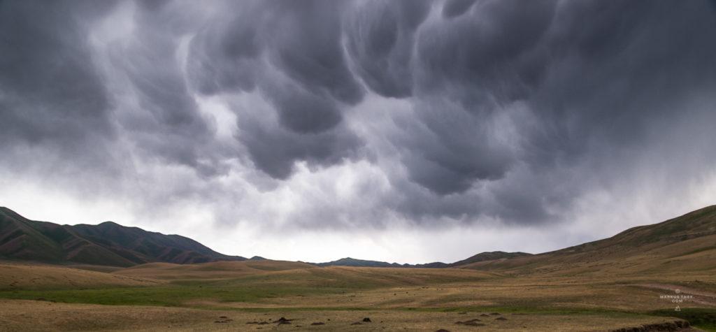 Eine Mammatus-Wolke in den Bergen Zentralasiens.