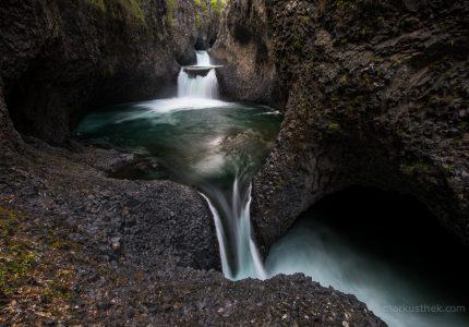 Klares Wasser trifft auf Basalt
